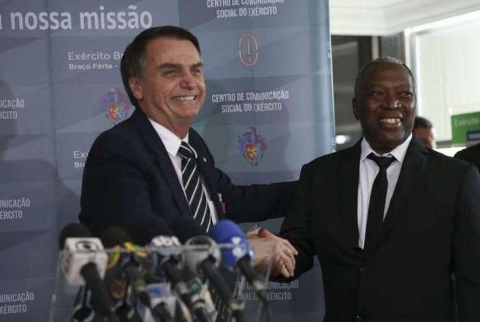 Jair Bolsonaro cumprimenta o ex-soldado Luiz Morais no QG do Exército, em Brasília