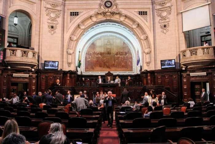 Alerj derruba veto de Pezão e revoga privatização da Cedae