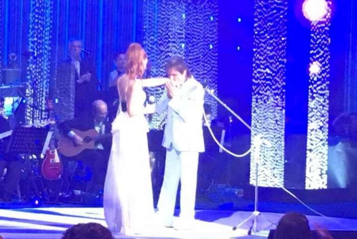 Roberto Carlos beija a mão de Marina Ruy Barbosa