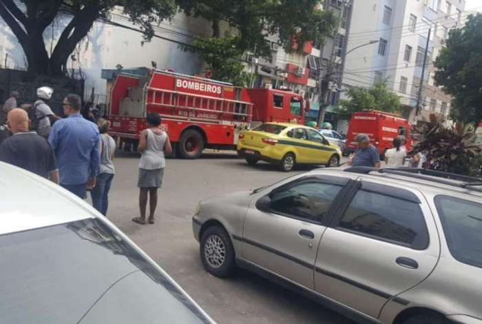 Caminhão dos Bombeiros foi acionado para apagar incêndio na rua Mariz e Barros, Tijuca -RJ