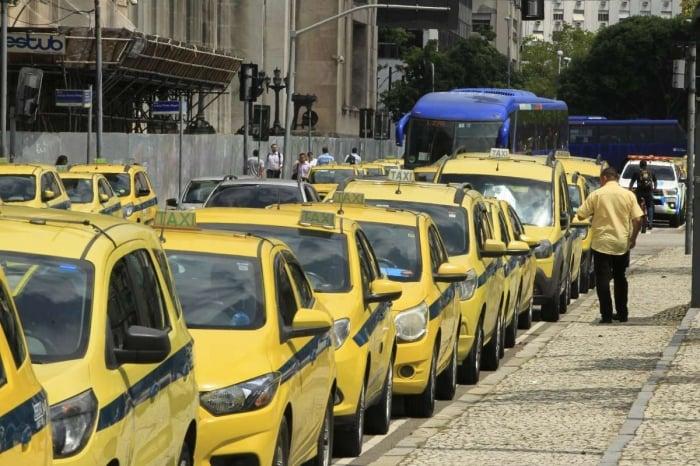 Taxistas fazem carreata em vias expressas do Rio