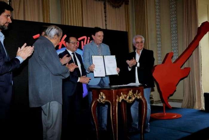 Prefeito Marcelo Crivella após a solenidade para assinatura do documento