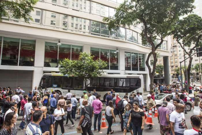 Ônibus da linha 422 invadiu agência na Rio Branco, no Centro do Rio