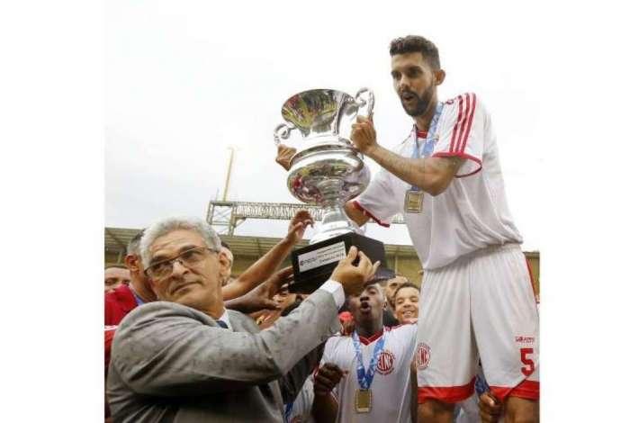 O capitão do Nova Cidade, Napu, recebeu o troféu do delegado da partida