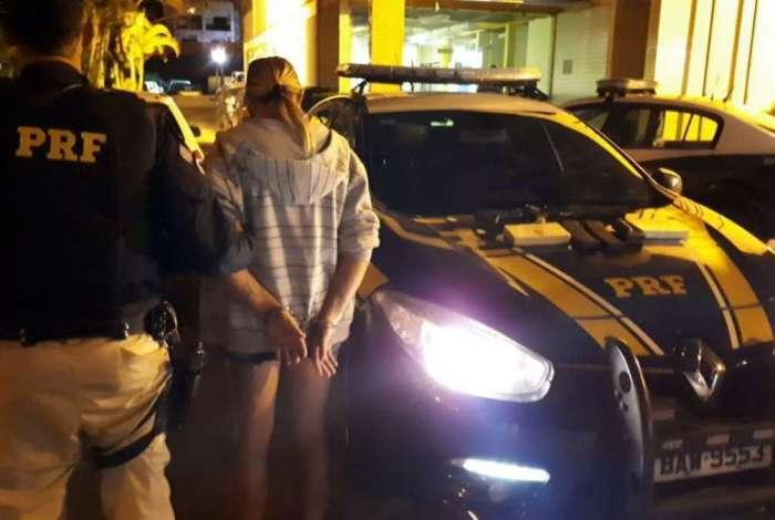 Mulher é flagrada com fuzil e drogas em ônibus na Dutra