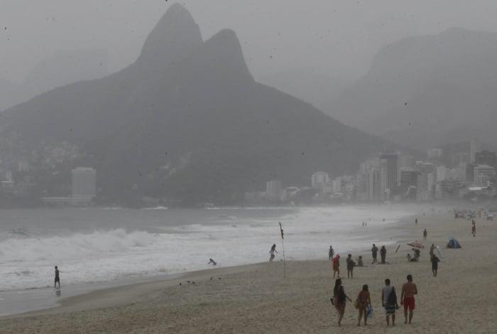 Mau tempo afastou banhistas da Praia de Ipanema nesta sexta-feira