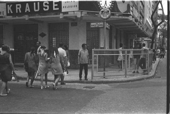A foto de fevereiro de 1969 mostra o letreiro da joalheria Krause, com o tradicional relógio,  na Avenida Nossa Senhora de Copacabana, 706 D, esquina com a Rua Santa Clara. A Casa Krause surgiu no Recife em 1868, originada do trabalho de  Joseph Krause, um vendedor ambulante que criou a rede de lojas no Rio, Recife e Salvador. A loja de Copacabana foi fechada em 1976