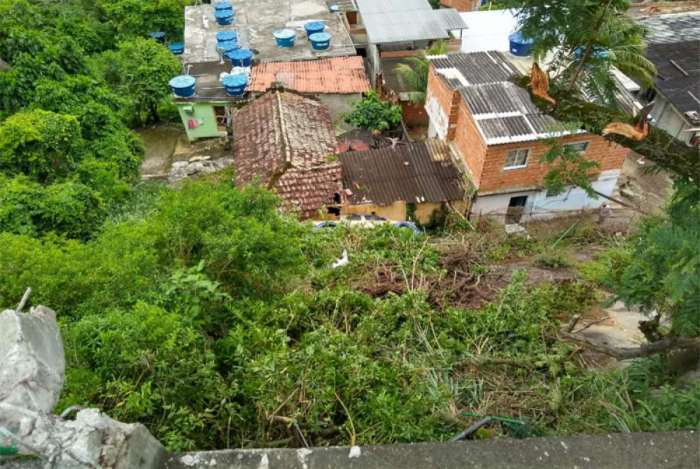 Carro sai da pista e atinge casas na Grajaú-Jacarepaguá