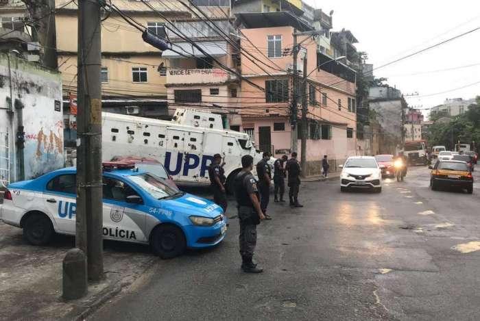 Policiais da UPP no entorno do Morro do Borel