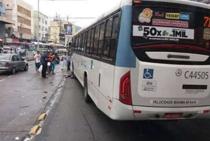 Ônibus desgovernado invade calçada e deixa feridos em Madureira