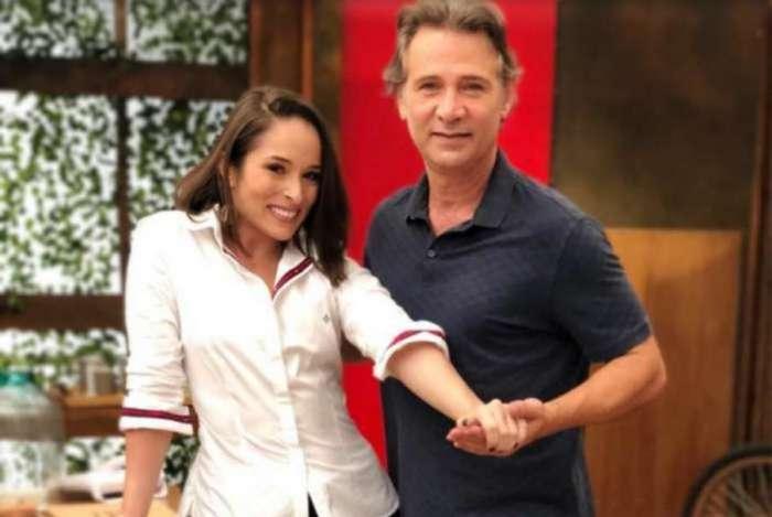 Nathalia Serra e Nelson Freitas posaram juntos nos bastidores de 'O Tempo não Para'