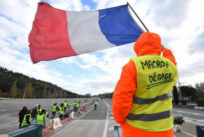 """Integrante do """"coletes amarelos"""" protesta contra Macron na França"""
