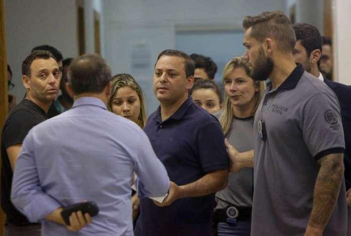 Rodrigo Neves (ao centro) é acusado de corrupção ativa, passiva e peculato pelo Ministério Público Estadual. Foi levado para Benfica