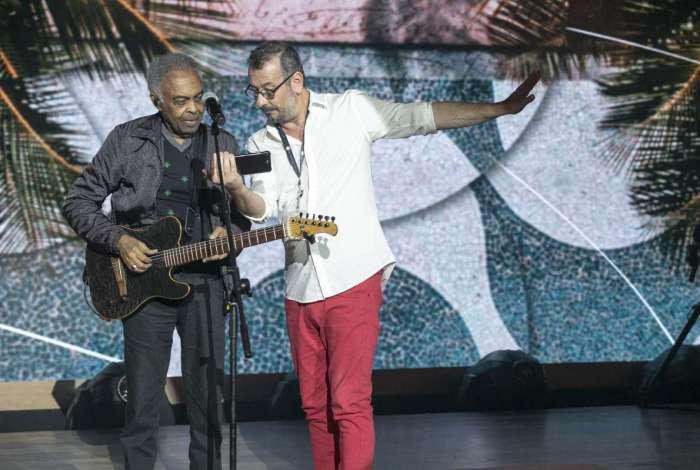 Gilberto Gil com o diretor Allê Gonçalves no ensaio do especial 'O Fino da Bossa'