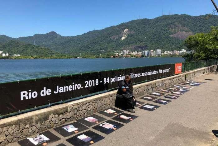 Faixa de 10 metros cobra providências contra as mortes de PMs