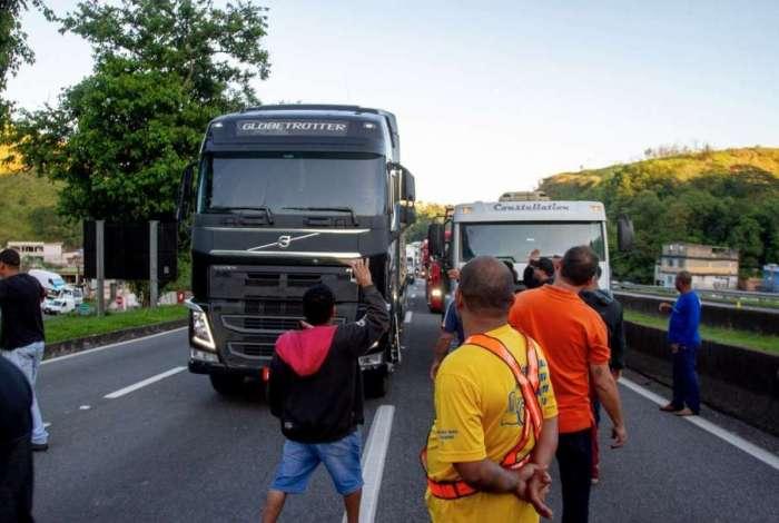 No ano passado, caminhoneiros interditaram Rodovia Presidente Dutra parcialmente, em Barra Mansa