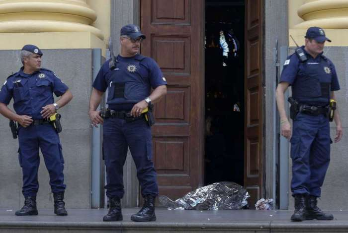 Imagens das câmeras de segurança do interior da catedral mostraram o crime