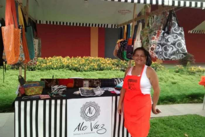 A artesã Alessandra Vaz tem a própria marca de bolsas e acessórios
