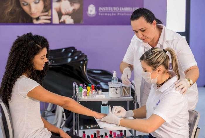 Segundo associação do ramo, o Brasil é o segundo país do mundo quando se fala de esmaltes. Para 2019, a expectativa dos especialistas é que o setor cresça 5,9%, alcançando R$ 7,68 bilhões em vendas