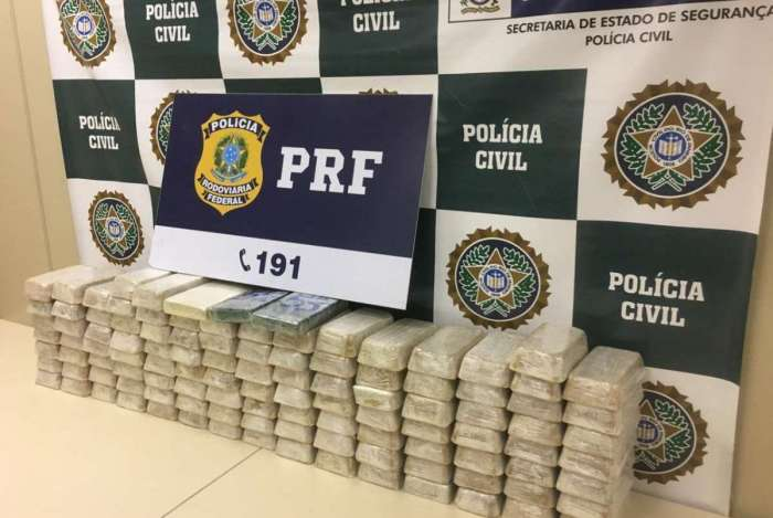 Foram apreendidas mais de 100 quilos de pasta base de cocaína com dupla paulista na BR-040, em Três Rios