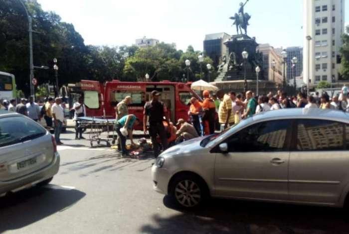 Ônibus atropela duas mulheres na Praça Tiradentes, no Centro do Rio