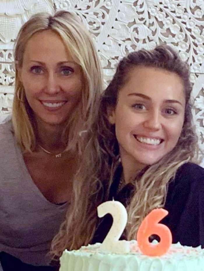 Miley Cyrus (à direita) com a mãe, Tish Cyrus