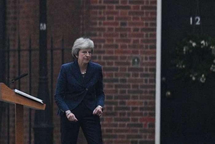 Primeira-ministra britânica, Theresa May, deixa discurso depois de fazer um pronunciamento no centro de Londres, após membros de seu Partido Conservador acionaram um voto de desconfiança sobre sua liderança