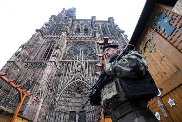 Soldados franceses montam guarda no mercado de Natal em frente à Catedral