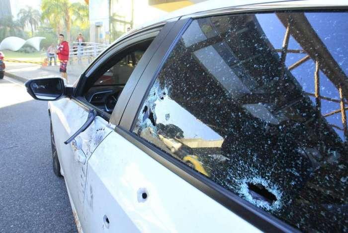 Carro de empresário baleado foi fuzilado por bandidos na Tijuca. Ele ainda conseguiu dirigir por cerca de dois quilômetros até a Cidade Nova, onde foi socorrido
