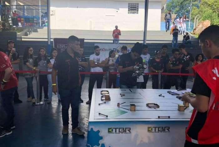 Para a competição, os jovens elaboraram o projeto teórico e o prático, que incluiu a montagem de um robô