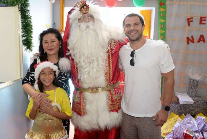 Duda Nagle, Dona Kika, representando o Instituto Sabrina Sato, o Papai Noel e as crianças da creche Moinho
