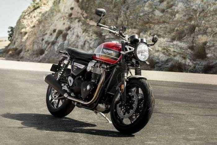 A nova Twin conta com rodas de alumínio pintadas de preto e pneus Pirelli Rosso Corsa 3, mais esportivos