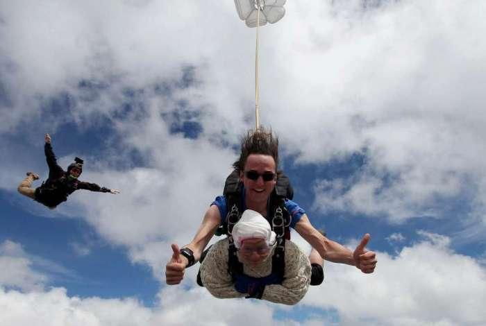 Irene O'Shea, de 102 anos, salta de paraquedas no Sul da Austrália