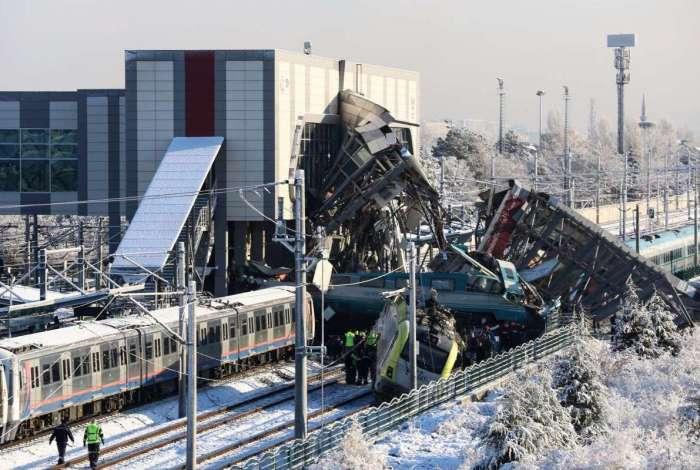 O ministro dos Transportes, Cahit Turhan, afirmou que entre os mortos estão três operários de ferrovias. Estavam a bordo do trem 206 pessoas
