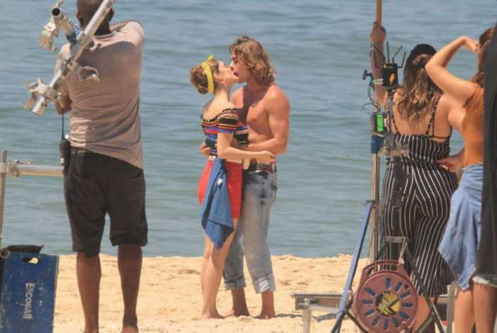 Isabelle Drummond e Rafael Vitti gravam cenas da novela 'Verão 90' na Praia de Ipanema