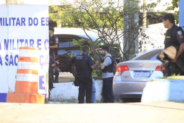 Sargento da PM tirou a própria vida dentro do batalhão de São Gonçalo. Ele era alvo de operação da 4ª Delegacia de Polícia Judiciária Militar (DPJM) e a Delegacia de Homicídios de Niterói, São Gonçalo e Itaboraí (DHNSGI) contra acusados de desviar carga roubada