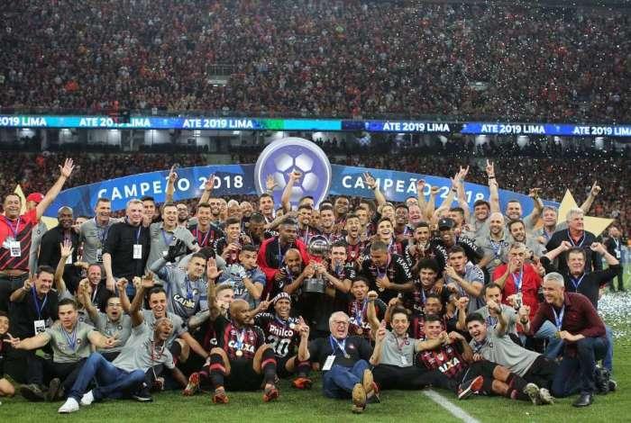 Jogadores comemoram título do Atlético-PR