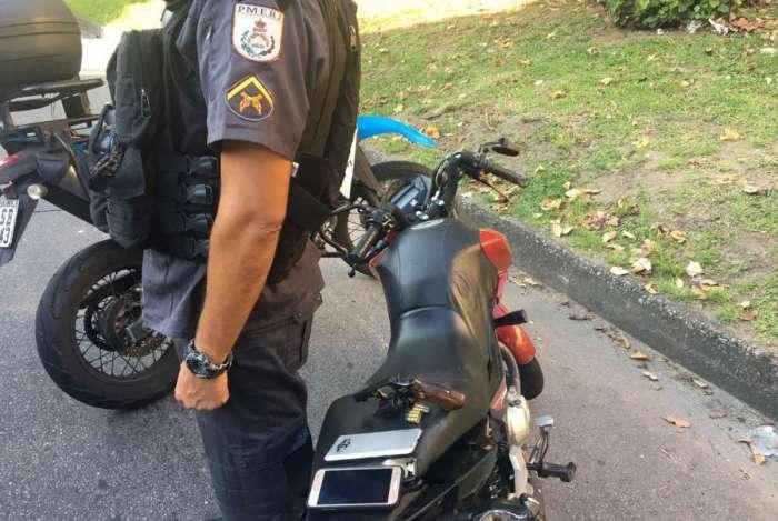Os dois suspeitos foram presos após atirarem contra os policiais