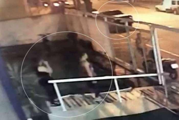 Câmera de segurança flagrou o momento que a balconista deixou a academia ao lado da sobrinha; Davi esperava pela ex no carro do canto superior direito da imagem