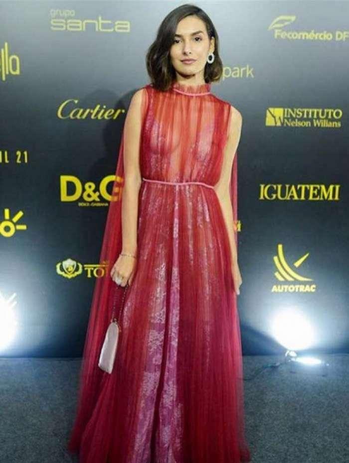 Marina Moschen brilha com vestido transparente em evento