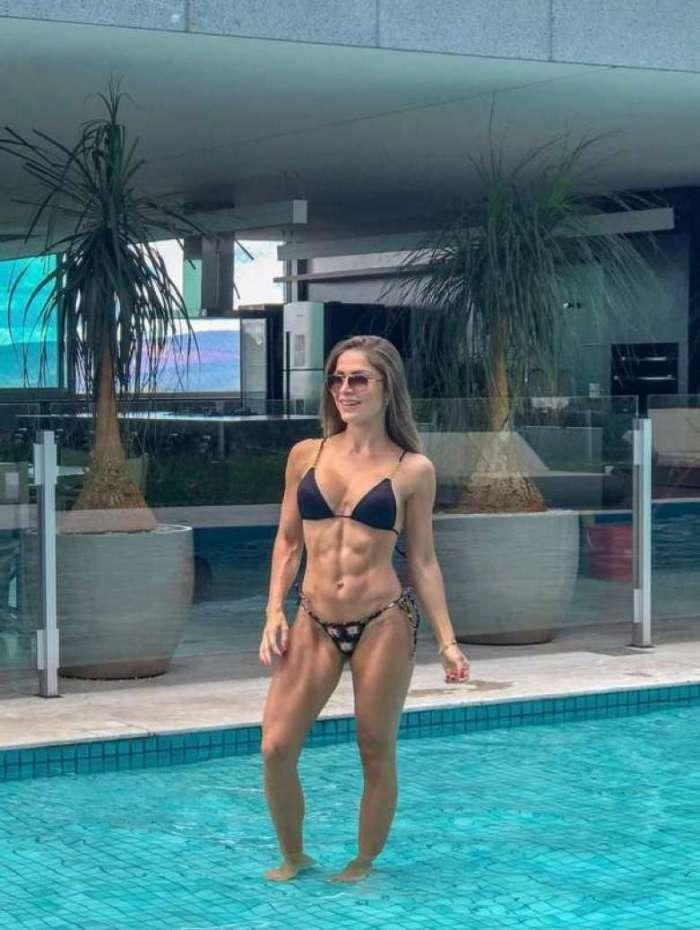Ex-BBB Renatinha exibe corpão sarado na piscina do condomínio onde mora, em Minas Gerais
