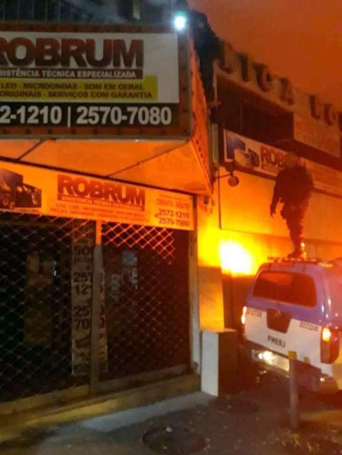 Policiais escalaram a loja para encontrar o homem