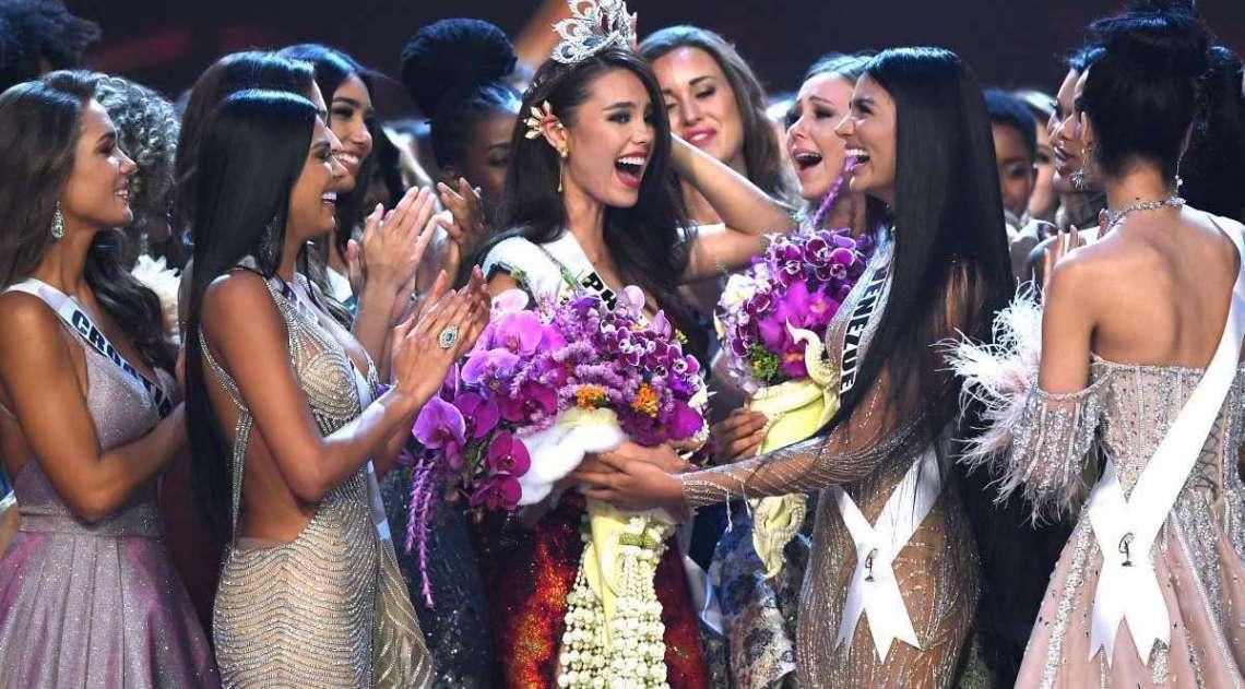 Catriona Gray recebe felicitações de suas colegas após ser escolhida a Miss Universo
