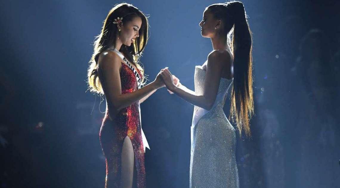 As duas finalistas Catriona Gray, das Filipinas e Tamaryn Green, da África do Sul, seguram as mãos enquanto aguardam o anúncio da grande campeã