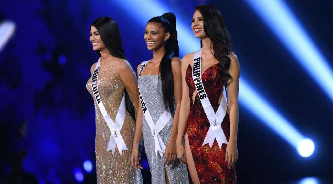 Sthefany Gutierrez (esquerda), da Venezuela, Tamaryn Green (Centro), da Africa do Sul e Catriona Gray (direita), das Filipinas no palco após serem selecionadas como as Top 3 finalistas