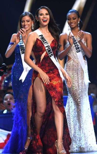 Catriona Gray (centro) após ser selecionada entre as top 5 enquanto  Natalia Carvajal (esquerda) e Akisha Albert (direita) aplaudem