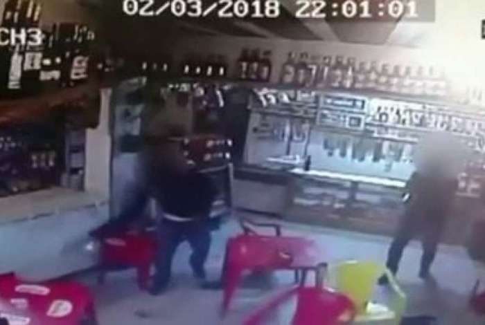 Policiais são acusados da morte de dois homens dentro de bar em Petrópolis
