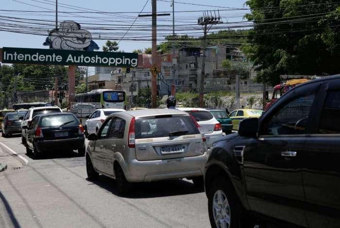 Movimento de carros na Estrada Intendente Autoshopping