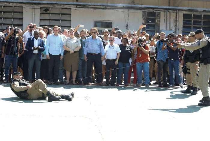 Agentes simularam o uso da pistola, capaz de neutralizar a pessoa