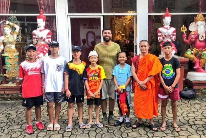 Rodrigo Carvalho com alguns meninos e o técnico de futebol dos garotos